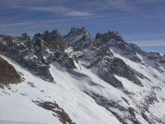 C'était avant hier mardi, le refuge est toujours là... et la neige nous attend ! Merci Emmanuel Crépeau pour la photo.
