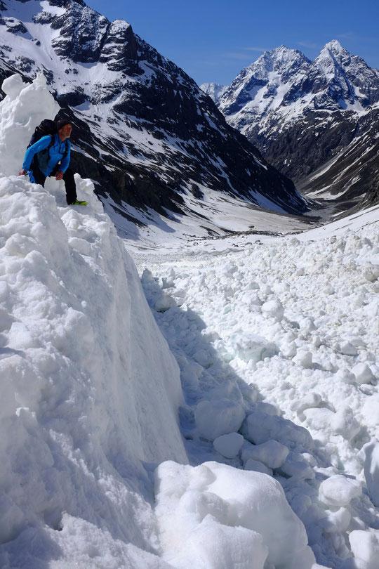Et une petite visite dans la très grosse avalanche qui avait dévalé depuis le sommet du Râteau durant le weekend du 1er mai. L'avalanche a creusé des murs de plusieurs mètres de hauteur, impressionnant !