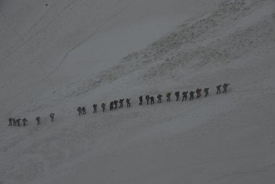Les 32 lycéens du lycée Pierre Beghin de Moirans arrivent au Promontoire...sous la pluie.