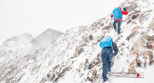Quand l'automne pointe le bout de son nez, en haute montagne c'est un peu déjà l'hiver... le refuge est là, juste là... un chouette moment pour récupérer et réaliser ces moments de vie exceptionnels. Photo Nicolas Fragiacomo, merci (ici l'arrivée à Adéle)