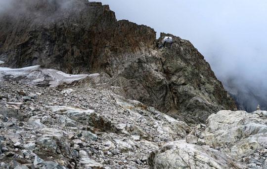 Un refuge perché à 3100m et le début de l'Arête du Promontoire qui monte vers les grandes parois de la Meije, vu par Noël Isnard. Un grand merci pour la photo.
