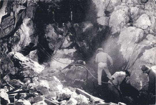 Travail de mineur à 3100 m pour le terrassement du refuge.
