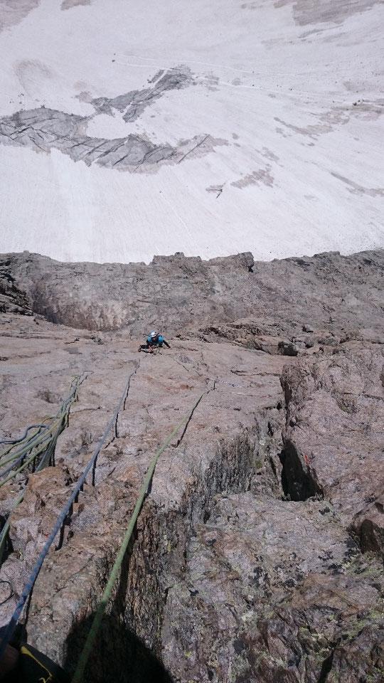 """Juste au dessus du refuge, en facette sud ouest, une très belle voie (équipée) sur du bon rocher. Merci à la cordée d'émilie pour cette photo de """"Nous partirons dans l'Ivresse""""."""