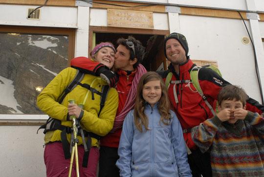 """Max et Mathieu accompagnés de Maëlle et de nos deux enfants hier matin avant leur retour à la Bérarde et après avoir répété """"la directissime des potes"""" (voir dimanche 1er)."""