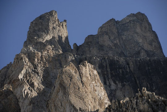 Ceux qui sont déjà montés là haut localiseront (avec de bons yeux), 2 cordées du coté du Dos d'Ane, c'était ce matin vers 8h (vous avez le droit de cliquer sur la photo !).