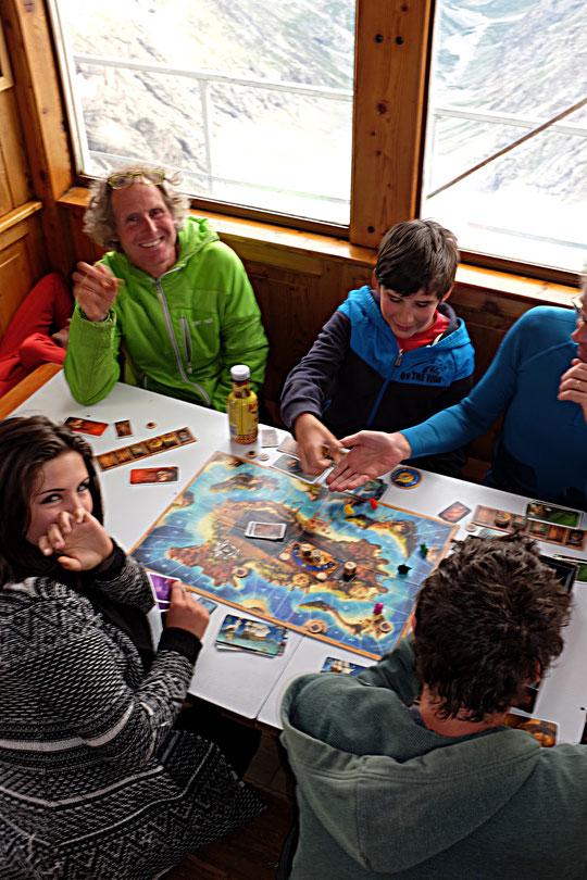 """Quand les guides arrivent au refuge l'après midi avant leur départ pour la  Meije la nuit suivante, ils sont souvent """"embauchés"""" par les enfants pour un jeux de société  (ici les Pirates des Caraïbes...) ."""