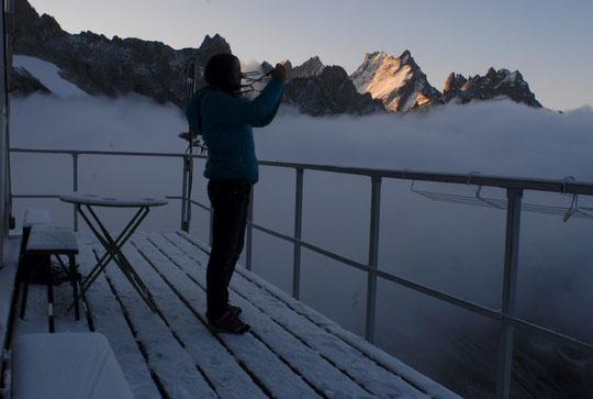 Juste après le départ des cordées, entre nuit et jour par moins 5°, la gardienne sort son appareil photo pour tenter de capter l'ambiance... Photo ce matin bien tôt !