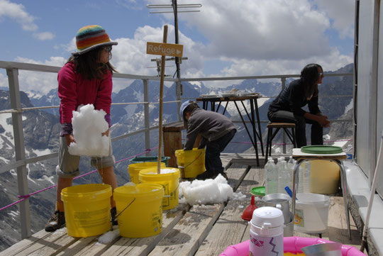 """L'eau est un de nos gros problèmes... Sur la photo, au début de l'été, nos enfants mis à contribution pour """"faire"""" de l'eau...!"""
