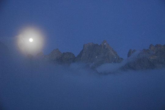 Au début de la nuit dernière, lever de lune sur la Grande Ruine et avec banc de brouillard passager.