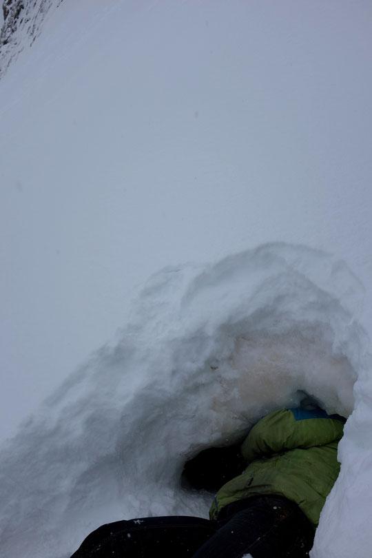 Depuis que nous avons creusé notre petit igloo dans la neige pour conserver les aliments, la couche s'épaissit régulièrement. Pour aller récupérer les denrées au fond il va falloir que Nathalie rentre quasi complètement....