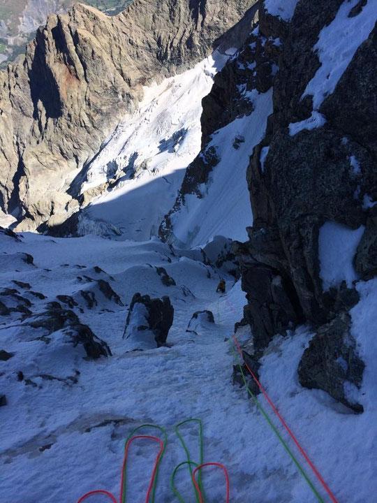 """En face Nord de la Meije, une cordée remonte les goulottes du """"Z"""" encore en bonnes conditions de glace. Merci à Laurent Girousse pour la photo."""