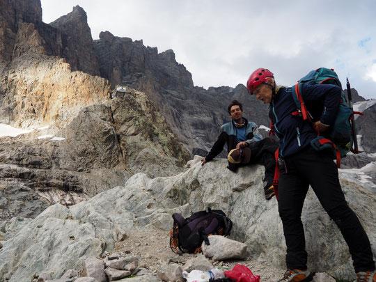 """Elle vient de descendre plus de 1000m de paroi depuis le sommet. Il lui reste la descente jusqu'à la Bérarde après 3 jours passés en Meije ! A 73 ans, elle voulait retourner dormir une fois au sommet, """"tant que j'ai encore la forme"""". Bravo  Sylvette !"""