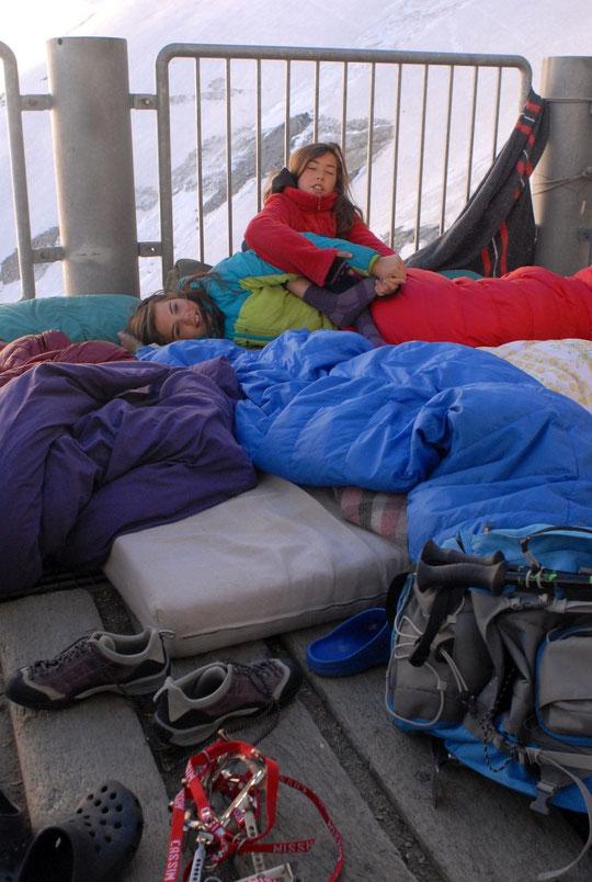 Première nuit au refuge pour Valentine, la copine de nos enfants. Ce fût dehors sur la terrasse avec un petit moins 1° et un réveil un peu agité...