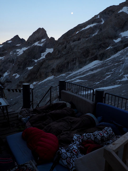 Au lever du jour à 3100m, la lune veille encore sur le sommeil des enfants....