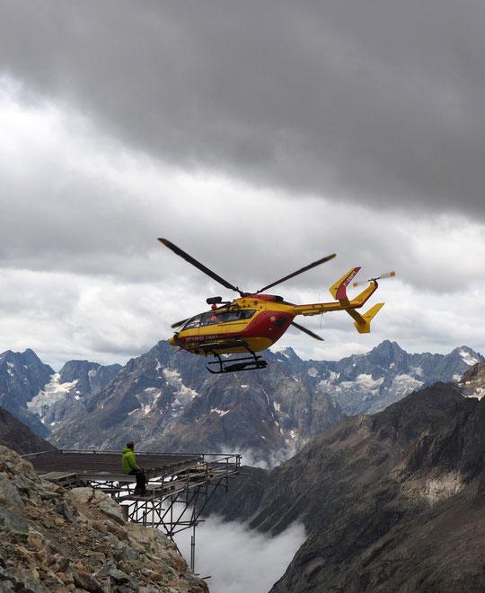 Avec du vent par rafales et de nombreux nuages en haut et en bas l'évacuation hier d'un alpiniste blessé au genou vers 3600m sur la Meije, a été très engagée pour l'équipage de la Sécurité Civile et les secouristes CRS de Grenoble. Grand merci à tous !