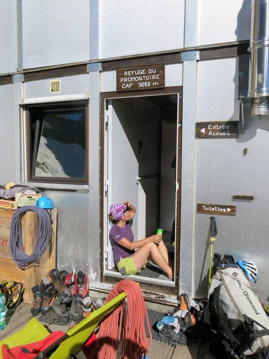 """La cordée de Sarah a réalisé """"Mitchka"""" en face Sud du Grand Pic de la Meije. Le passage au refuge est toujours un """"petit moment"""" qui compte : à l'aller on se pose, on se concentre, au retour on savoure ! (Photo Simon Destombes, guides). Merci."""