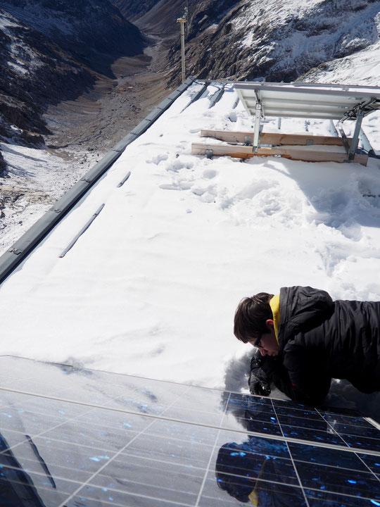 Préparation du  refuge pour l'hiver : hier avec Yoska, notre collègien de 13 ans, nous avons vérifier toutes les fixations des panneaux solaires installés sur le toit pour éviter que les tempêtes hivernales ne les emportent...
