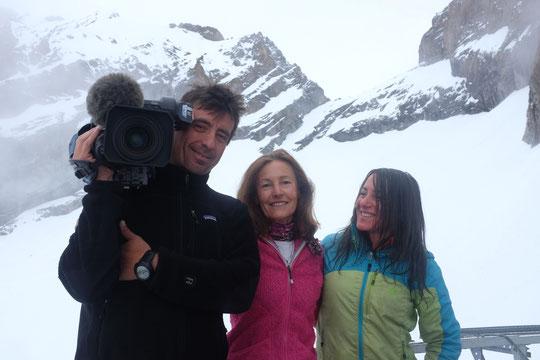 Bravo et merci à Françoise Guais et Dom Semet de France 3 Alpes ! Hier ils sont montés avec nous pendant 7h dpuis la barrière du Plan du Lac jusqu'au refuge (avec une caméra de 12 kg !) Belle performance pour des reportages sur les 50 ans du refuge !