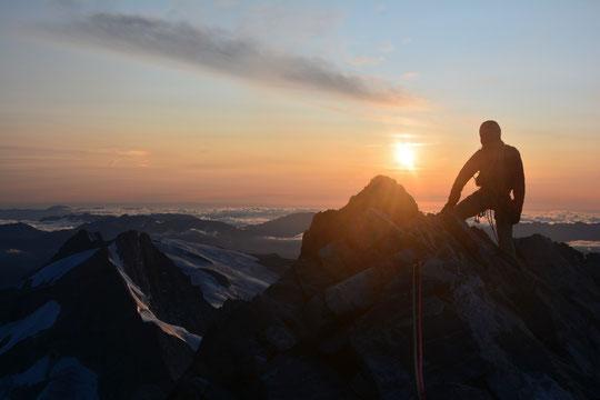 Fin de traversée de la Meije  avec  l'ambiance magique d'un coucher de soleil depuis le sommet du Doigt  de  Dieu ! Merci Rémi pour la photo .