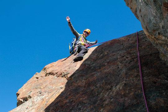 Traversée de la Meije : à plus de 3900m le mythique passage du Cheval Rouge avec un pied vers le Vénéon et un pied au dessus de la face Nord et de la Romanche.  Dans quelques minutes ce sera le sommet de la Meije. Photo Barbara Satre. Merci !