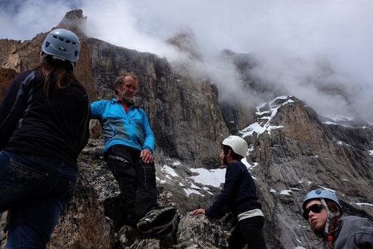 Petite sortie hier avec les enfants pour aller observer la face Sud de la Meije et ses grandes voies d'alpinisme. Même quand on vit juste à coté, ces dimensions (près d'un kilomètre de hauteur et deux kilomètres de largeur), ç'est un peu impressionnant !