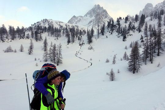 Fin février, dans le massif des Cerces, lors de la montée vers le refuge du Chardonnet, avant le col du Raisin et la traversée vers le refuge de Buffére... chouette balade à ski de rando, en famille.  Photos claudie Clerc, merci !