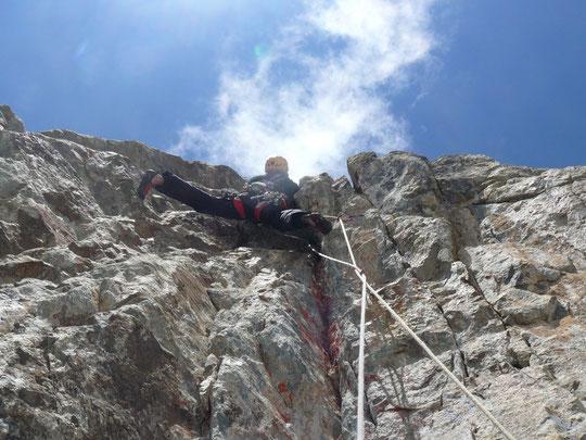 Merci à Estelle pour cette photo de Chloé Graftiaux dans Mitchka,  1ére longueur en 7a  au dessus du Glacier Carré.