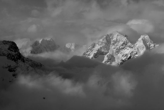 A 8h30 ce matin, le soleil perce entre les nuages sur le Pic de Says, le col du Chardon, les sommets enneigés de l'Encoula et de la grande Aiguille de la Bérarde.
