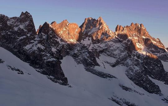 A la fin du diner, depuis la terrasee du refuge, le superbe coucher de soleil sur les sommets de l'Oisans...