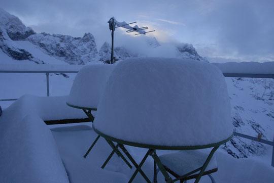 Ambiance, ambiance à 6h30 ce matin avec 35 cm tombés dans la nuit, 40 cm sur le glacier en 24h.
