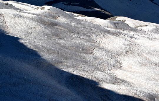 Les glaciers sont encore bien couverts de neige. Une neige étonnamment sculptée ! C'est sans doute l'enchainement: sable du Sahara déposé par le fort vent du Sud, pluies orageuses puis soleil chaud qui a fait ainsi fondre et ruisseler les surfaces....