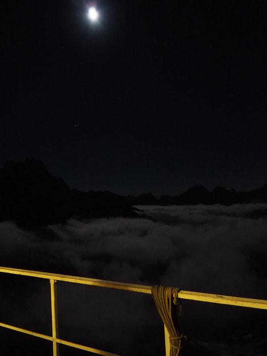 Cette nuit, depuis la terrasse du refuge, au dessus des nuages avec les rayons de lune. A 3h du matin les cordées sont partis avec ce décor , cette ambiance magique..