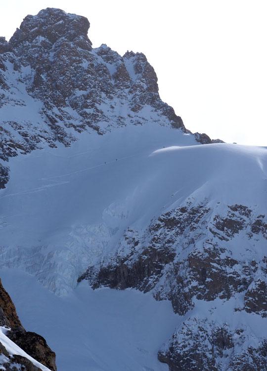 Ce matin vers 10h, les 5 skieurs partis du Promontoire atteignent le Col du Pavé (3550m). Merci pour cette première trace !