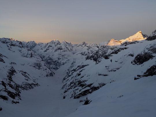 Les skieurs de rando viennent de quitter le refuge pour le Tour de la Meije... les premiers rayons de soleil illuminent les pointes des sommets de l'Oisans. Bonne journée d'altitude à tous ! Photo prise depuis la terrasse du Promontoir;e