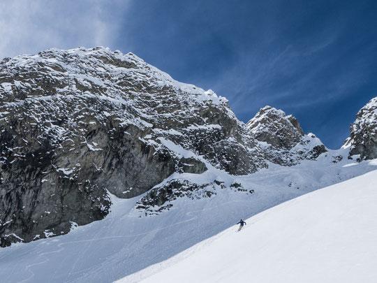 La descente de la Brèche du Rateau vers les Etançons, avec le goulet du haut, enneigé comme rarement....! (photo guides La Grave)