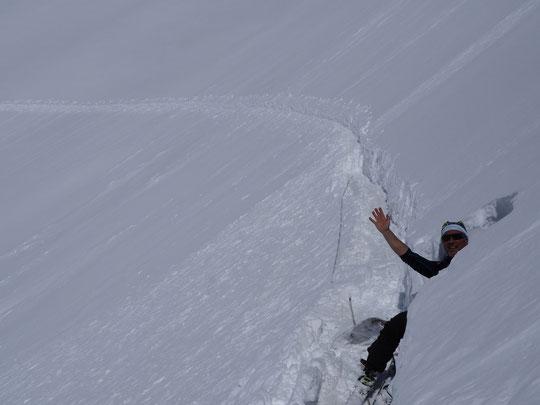 """Après chaque purges ou chutes de neige nous avons tracé et retracé la trace d'accès de la dernière pente . Erick en a profité pour creuser un espace """"pause-contemplation"""" avec son petit banc en neige..."""