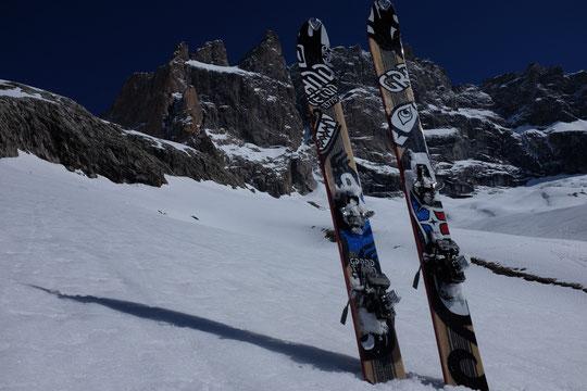 Comme souvent, en matinée, nos skis font un tour vers la brèche de la Meije puis vers le bas de la moraine. Hier Nathalie les a pris en photo... mais à l'envers. (Merci à Dynafit pour les prêts de skis en test). Et... l'enneigement est encore très bon !