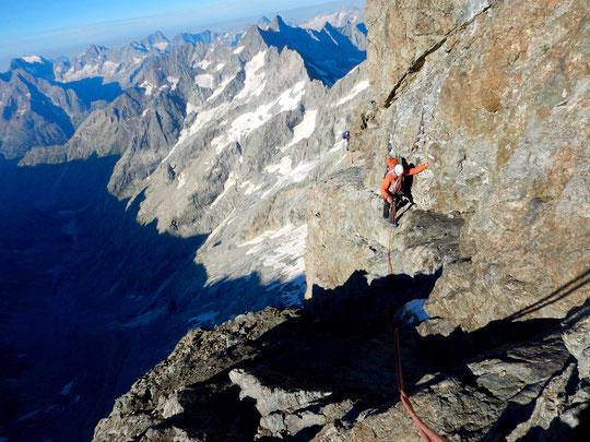 Traversée de la Meije :  le passage lors de l'arrivée au niveau du Glacier Carré avec le soleil du matin.  Merci à la cordée de Matthieu et Stéph  pour la photo.