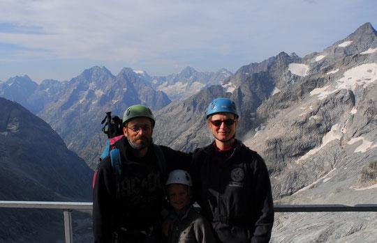 Belle première fois au-dessus de 3000m pour Timéo, 8 ans, monté avec ses parents pour une soirée au milieu des cordées d'alpinistes. Redescendu par la via ferrata sous le refuge, peut-être les prémisses d'une nouvelle passion ?...
