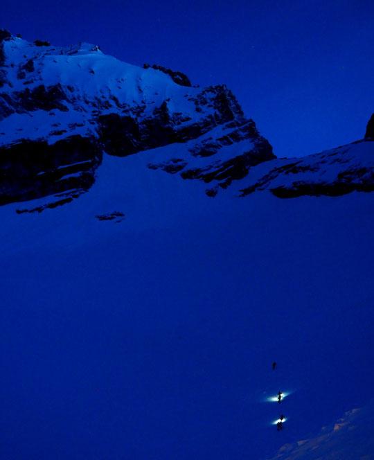 A 6h ce lundi matin, les premiers skieurs s'envolent vers la Brèche de la Meije, la face Nord, le couloir du Serret du Savon et le refuge de l'Aigle ! Le mythique Tour de la Meije.... (photo Noé, merci)