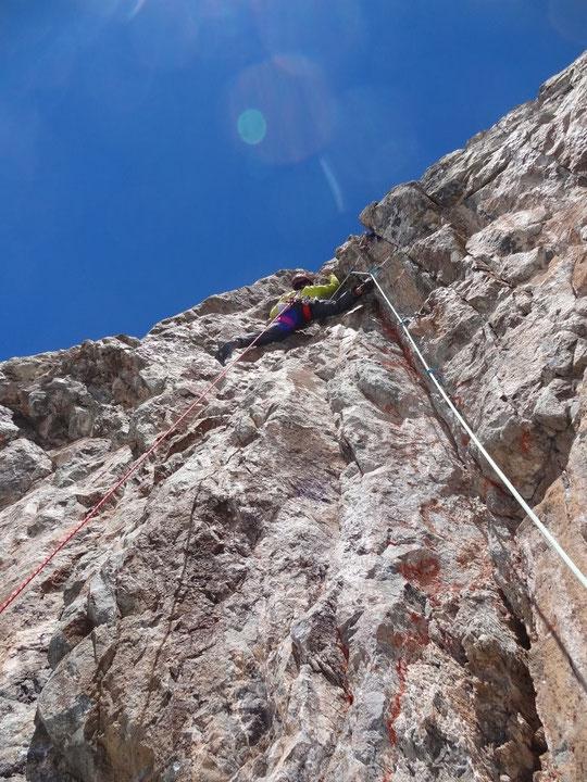 """Toujours dans """"Mitchka"""", deuxième longueurs après les vires de glacier Carré : une escalade raide, soutenue sur un granit parfait, """"une ambiance de folie"""" ! Photos Benjamin Védrine."""