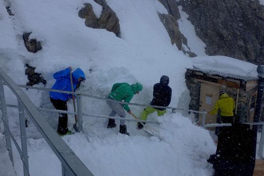 Ultime déneigement printanier, c'était ce vendredi 8 mai à midi. Un grand merci à toute l'équipe qui avant de faire le Tour de la Meije avec leur guide a bien pelleté... sous une averse de neige ! Merci.