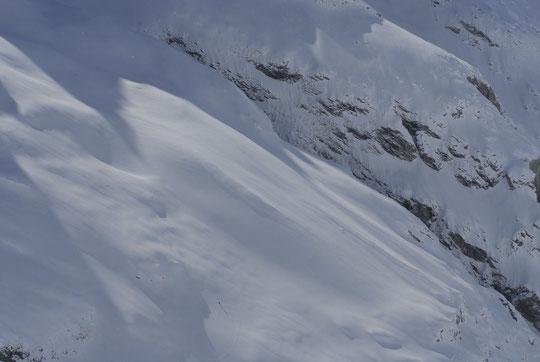 Pourtant il y a eu de super belles éclaircies en avril... agrandissez la photo vous apercevrez le skieur qui fait la trace vers le col des Chamois. C'était dimanche dernier (Eric tu te reconnaitras sans doute).