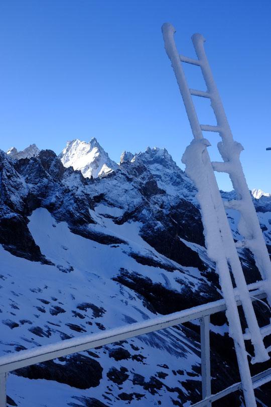 """Beau petit coup de blanc ce matin sur l'Oisans avec un superbe ciel... (en temps habituel l'échelle nous sert à monter sur la """"face sud"""" du refuge... mais là elle nous a inspiré comme ça !)"""