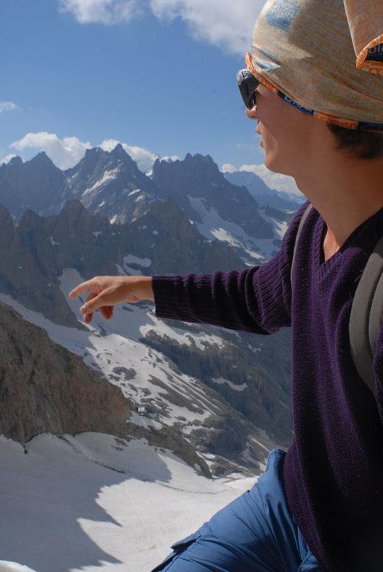 """Sa première sortie en haute montagne : hier midi, Camille accompagné par Tim, mon fils de 18 ans, est monté à la brèche de la Meije à 3365m. """"En bas"""", le Promontoire, au fond, dans le nuage et derrière la Grande Ruine, la Barre des Ecrins."""