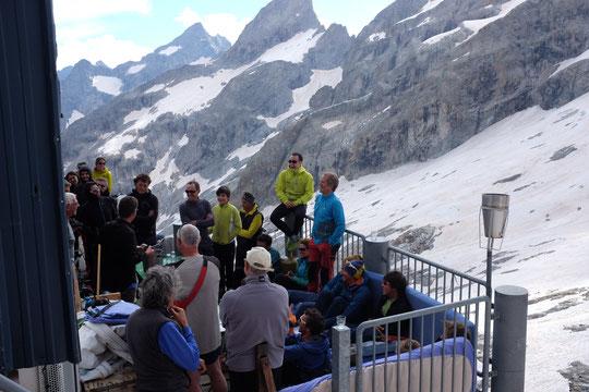 Apéro musical avec Antoine Surdon sur la terrasse du Promontoire. Un très chouette moment partagé avec près de 40 alpinistes. Merci à tous !