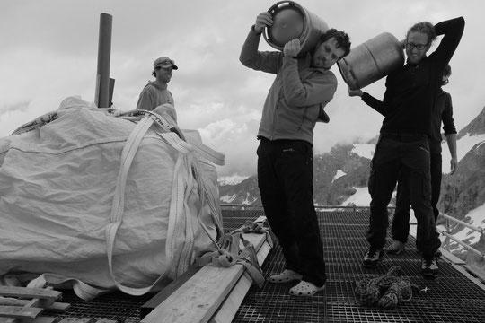 C'était la semaine dernière : quand des cordées passent au moment des héliportages, il y a toujours possibilités de donner un petit coup de main ! ça maintient en forme ! Et pendant ce temps la gardienne fait des photos... !!