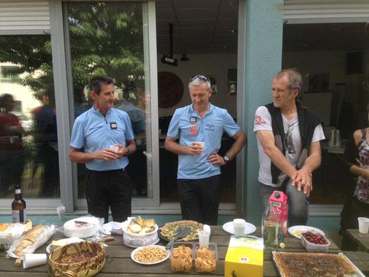 Apéritif de lancement de la saison estivale : ici,  avec les deux commandants du PGHM et des CRS Alpes aux cotés du président de l'association des gardiens de refuges Isèrois (et aussi gardien du Promontoire).