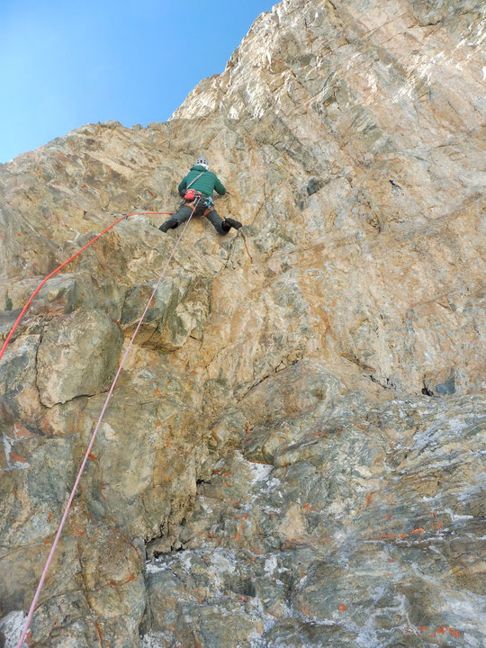 """Hier après midi vers 3700m en face Sud du Grand Pic de la Meije. Longueur en 7a dans la partie supérieure de """"Mitchka"""". Superbe  ambiance ! Photo Emmanuel Le folgoc. Merci."""