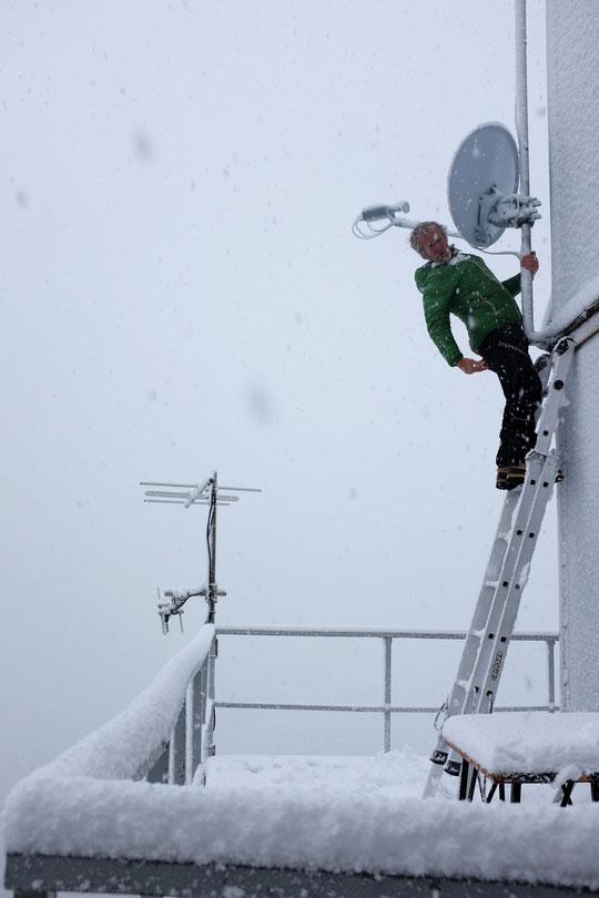 Dernière journée au Promontoire et première neige de la saison ! Et l'on retrouve le chemin du déneigement , les panneaux solaires, la parabole puis éventuellement la terrasse...